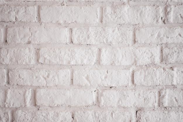Parede de tijolo do vintage com textura ou fundo horizontal do emplastro branco. parede caiada de branco no interior do quarto feito dos tijolos de barro velhos