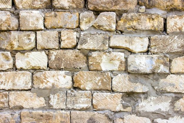 Parede de tijolo suja do vintage velho com emplastro da casca. plano de fundo ou textura.