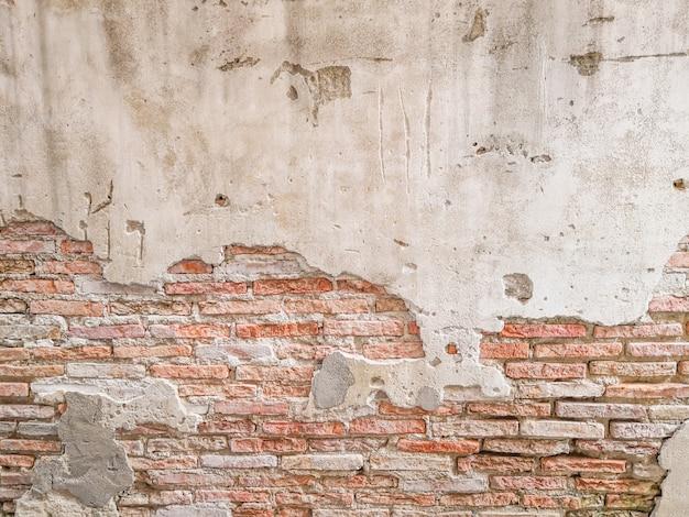Parede de tijolo velha na antiguidade e foi danificada