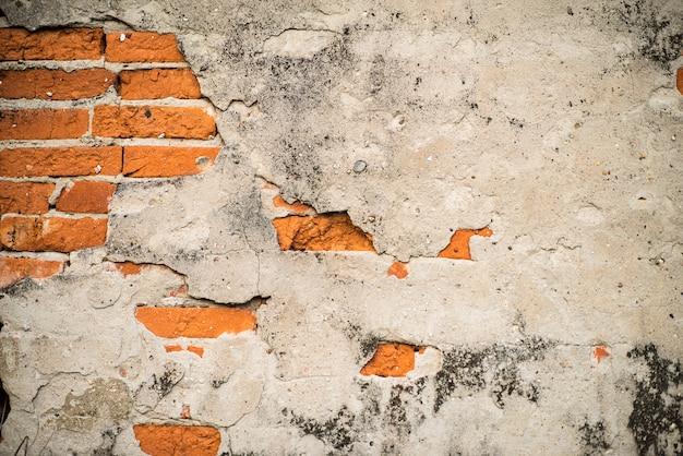 Parede de tijolo vermelho velha com cimento