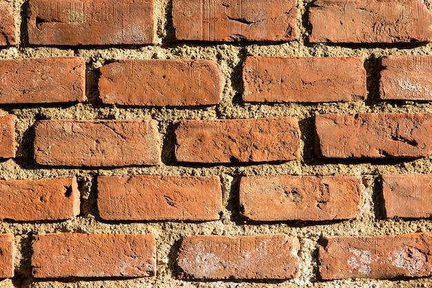 Parede de tijolos antigos antigos, alvenaria antiga e autêntica da cidade