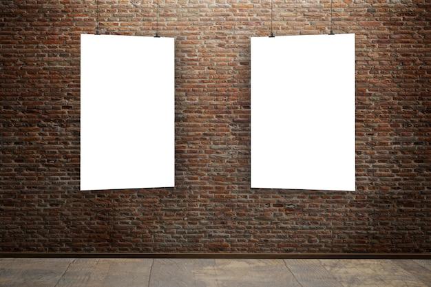 Parede de tijolos com dois pôsteres em branco como espaço de cópia