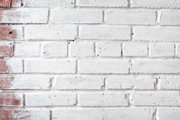 Parede de tijolos pintada com tinta branca