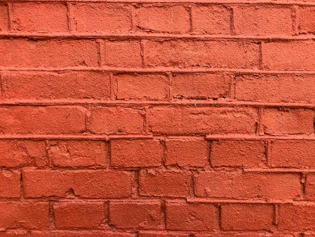 Parede de tijolos pintados de vermelho.