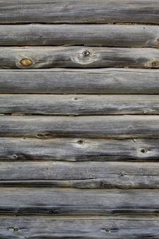 Parede de troncos antigos de uma casa de vila residencial