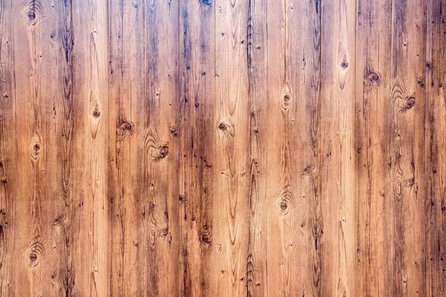 Parede de um piso de madeira marrom de tábuas de carvalho naturais.