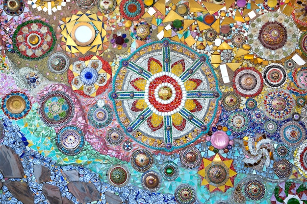 Parede decorada com pequenos pedaços de cerâmica