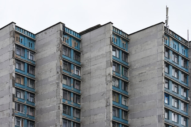 Parede do antigo edifício de dormitório de blocos de painel na rússia e na bielorrússia