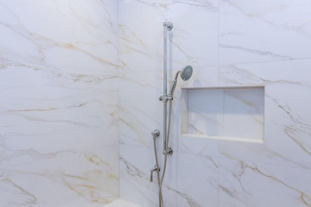 Parede do banheiro novo chuveiro no elegante chuveiro de aço inoxidável