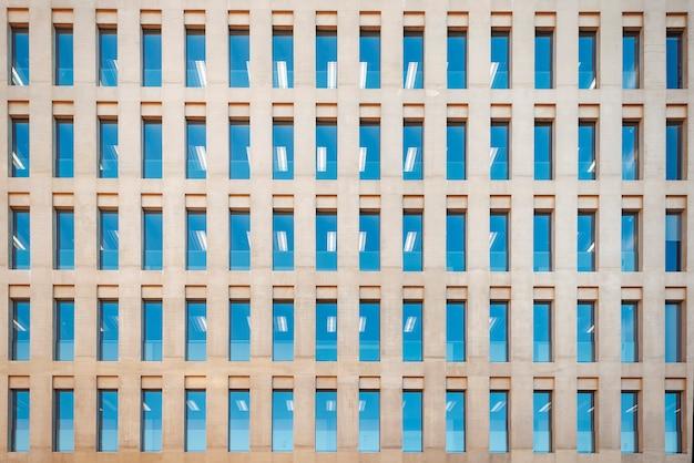 Parede do edifício de escritórios com janelas em barcelona