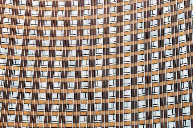 Parede do edifício é feita de janelas e metal