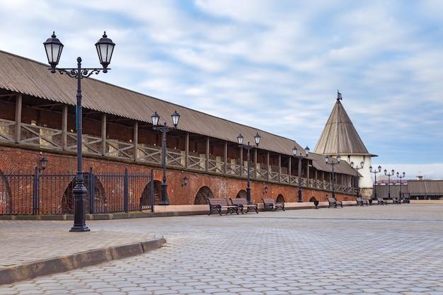 Parede do kremlin de kazan, torre redonda sudoeste