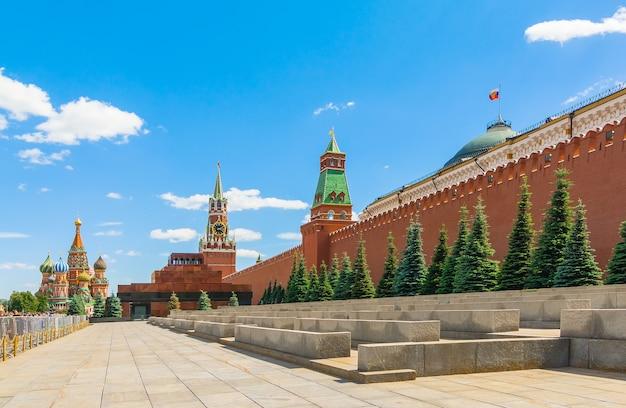 Parede do kremlin de moscou na praça vermelha em dia de verão