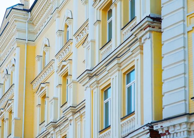 Parede do prédio com janelas na cidade de rua
