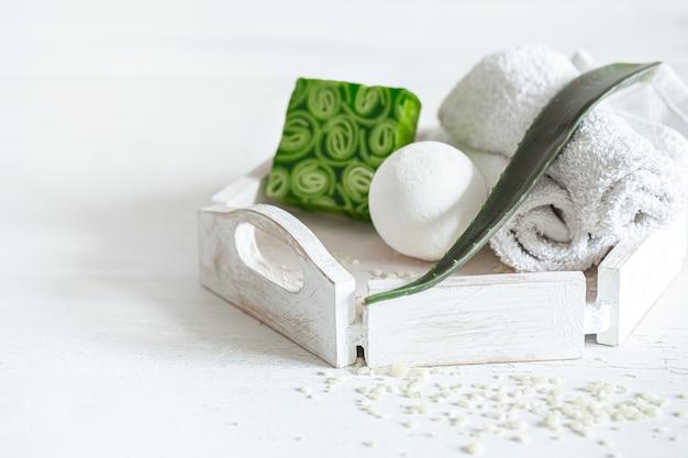 Parede do spa com sabonete natural e bomba de banho. estilo de vida saudável, conceito de cuidados com o corpo e relaxamento.