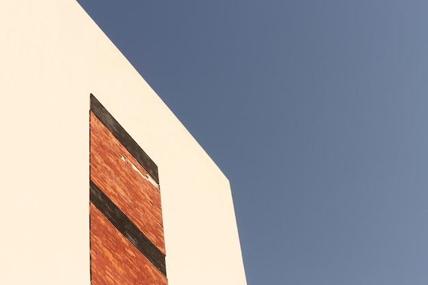 Parede externa e céu azul