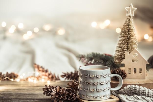 Parede festiva com copa na parede de madeira com luzes.