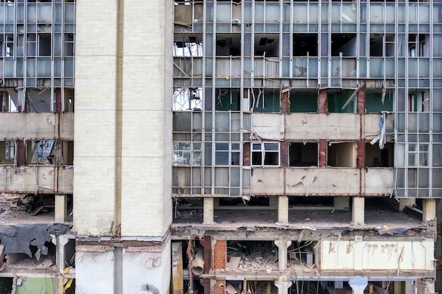 Parede frontal do edifício industrial destruído.