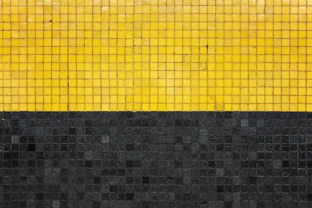 Parede geométrica preta e amarela em hong kong.