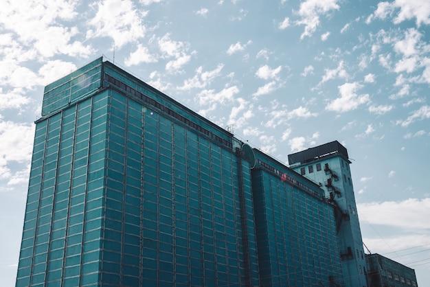 Parede gigante do edifício de produção de vários andares. antiga e pitoresca fábrica de trabalho renovada. objeto industrial envelhecido.