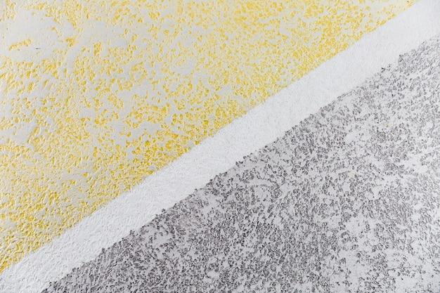 Parede grossa de cimento com divisão diagonal