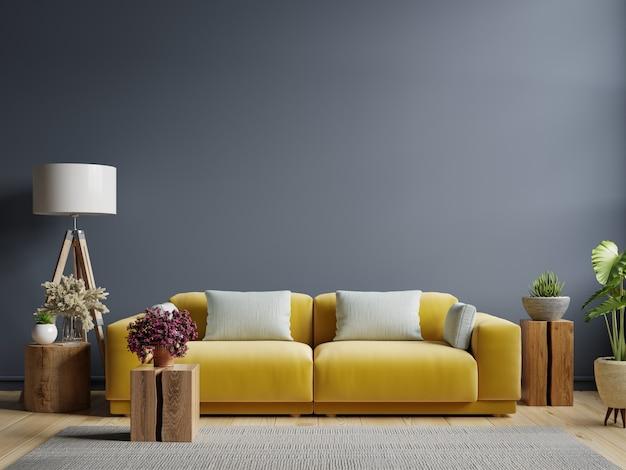 Parede interior azul escura com sofá amarelo e decoração na sala de estar