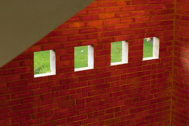Parede interna de tijolos com janelas