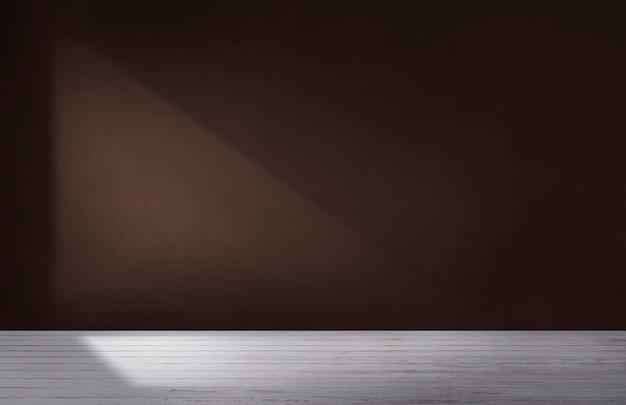 Parede marrom escuro em um quarto vazio com piso de concreto