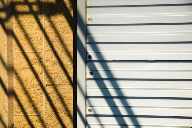 Parede metálica com sombra