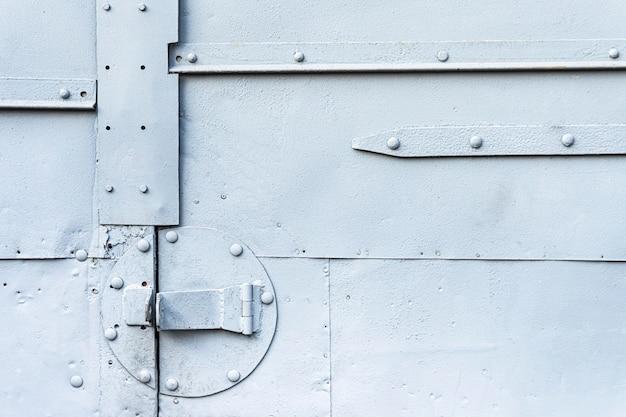 Parede metálica pintada em cinza