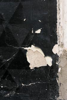 Parede pintada com superfície geométrica e descamação