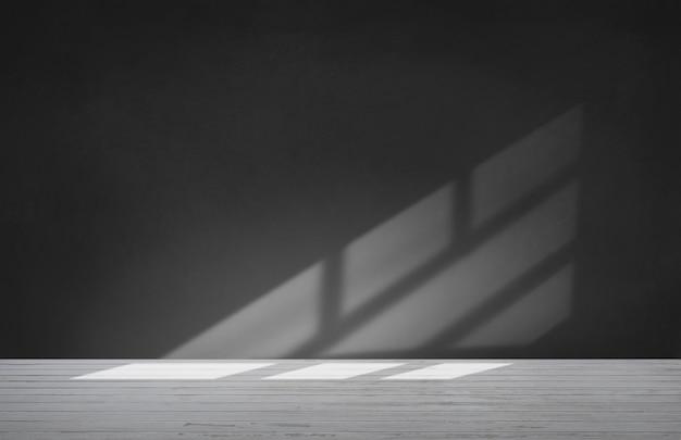 Parede preta em uma sala vazia com piso de concreto