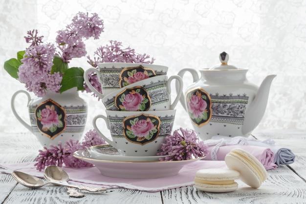 Parede romântica com uma xícara de chá, flores lilás