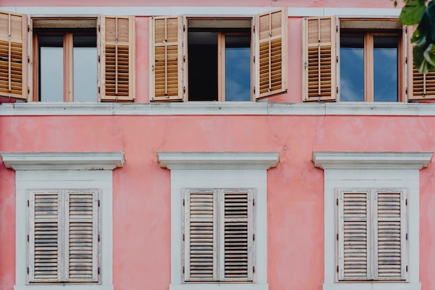 Parede rosa e janelas brancas