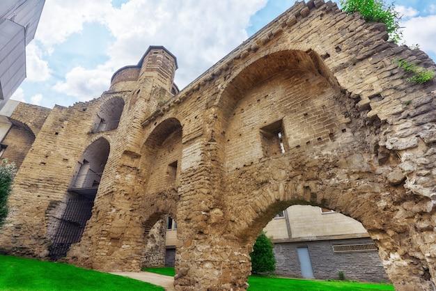 Parede velha da cidade. ruinas de muralhas. bruxelas, bélgica.