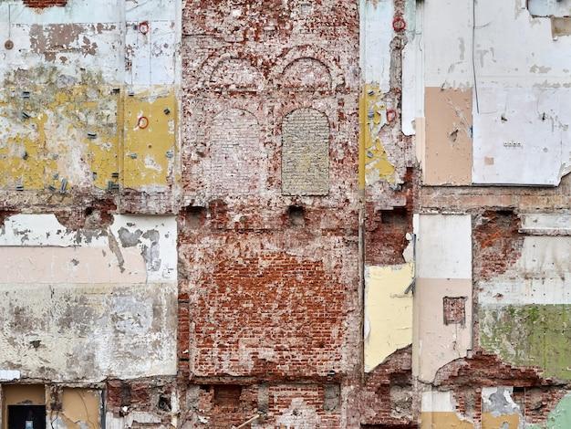 Parede velha da cor do tijolo na demolição de um fundo da textura da construção.