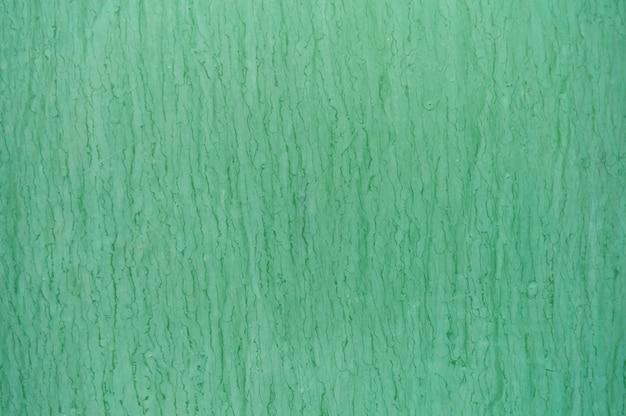 Parede verde com derramamentos e manchas de tinta