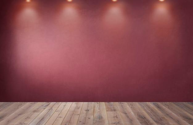 Parede vermelha com uma fileira de holofotes em um quarto vazio