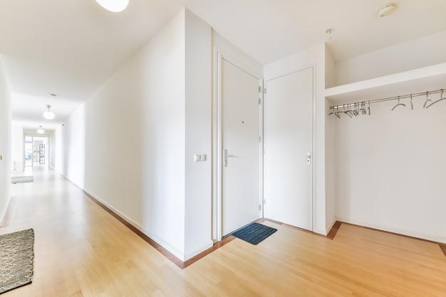 Paredes brancas brilhantes e detalhes internos de corredores modernos