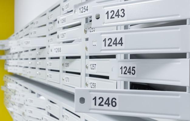 Paredes com caixas de correio em um novo edifício moderno e alto.