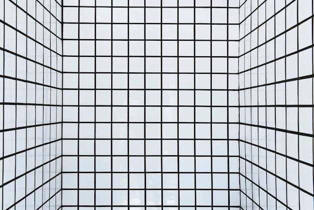 Paredes de azulejos brancos com fundo estampado