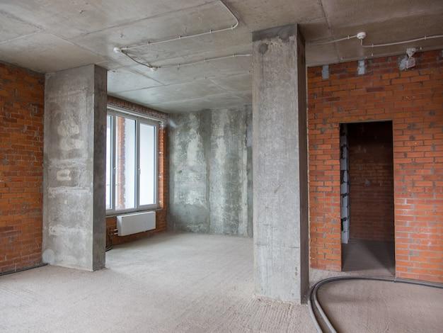 Paredes de betão e tijolo no apartamento para reparação
