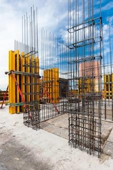Paredes de concreto com reforço de uma nova casa monolítica em construção