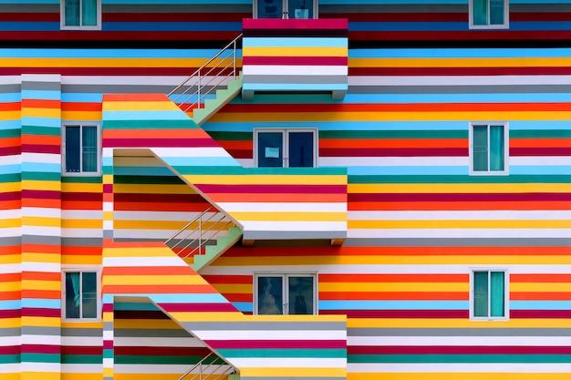 Paredes de edifícios coloridos brilhantes com escada de incêndio / edifícios coloridos brilhantes
