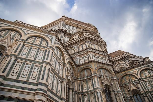 Paredes de mármore com ornamentos da catedral de florença
