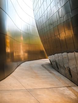 Paredes de metal iluminadas pelo sol do walt disney concert hall em los angeles