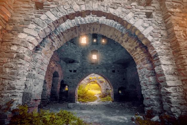 Paredes de pedra antigas com arcos
