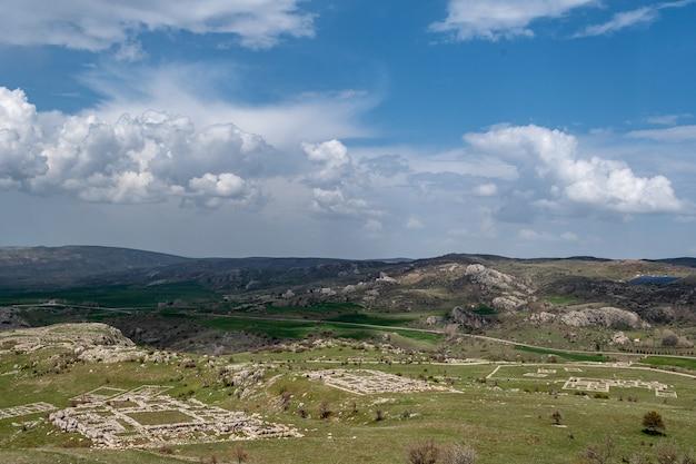 Paredes de pedra antigas descobertas da arqueologia hitita na anatólia, corum, turquia
