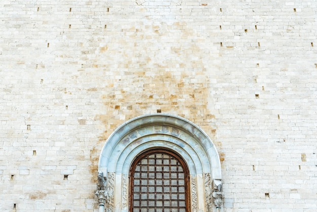 Paredes de pedra da catedral medieval de san nicolas di bari.