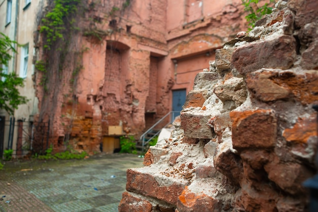 Paredes de um antigo prédio de tijolos vermelhos em ruínas
